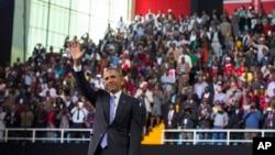 លោកអូបាម៉ាគ្រវីដៃទៅកាន់ហ្វូងមនុស្ស បន្ទាប់ពីថ្លែងសុន្ទរកថានៅ Safaricom Indoor Arena នៅក្រុងណៃរ៉ូប៊ី។