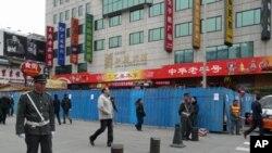 2月25日北京保安人员在计划举行茉莉花抗议的王府井地区加强警戒
