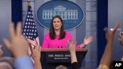 새라 허커버 샌더스 백악관 대변인이 31일 정례 브리핑에서 앤서니 스카라무치 공보실장 경질에 관한 질문을 받고 있다.