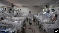 """Pacijenti sa Kovidom-19 leče se pomoću neinvazivnog sistema respiratora nazvanog """"Kapsula Vanesa"""" u poljskoj bolnici u Manausu u Brazilu, 18. maja 2020."""