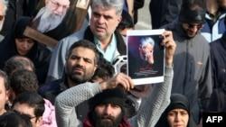 Un homme exhibe la photo du général Qassem Soleimani, dirigeant des Gardiens de la Révolution, l'armée idéologique de la République islamique