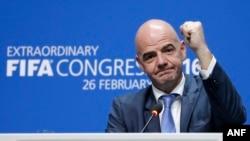國際足協新主席詹尼·因凡蒂諾在瑞士蘇黎世舉行的選舉後出席記者會。