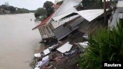 Bölgedeki tropik yağışlar sonrası oluşan sel ve toprak kaymaları sonucu çok sayıda ev yerle bir oldu.