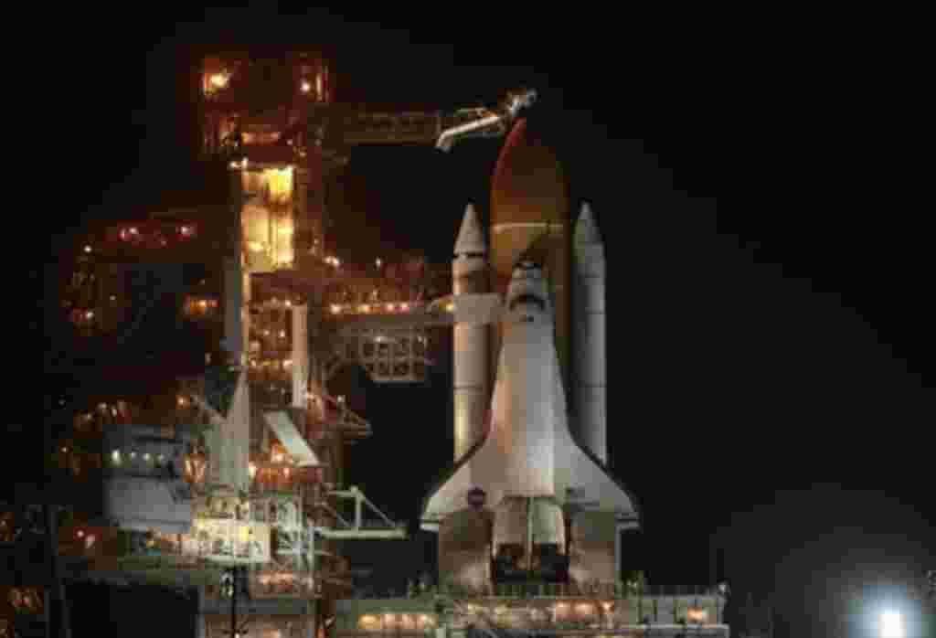 El trasbordador Discovery se prepara para el lanzamiento desde la base espacial Kennedy en Cabo Cañaveral, Florida.