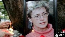 Nhà báo Nga Anna Politkovskaya bị bắn chết trong cầu thang máy tại khu căn hộ của bà vào tháng 10 năm 2006