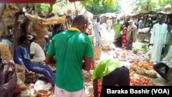 Yayin da ake hadahadar sayen kayen masarufi a wata kasuwa a Kano (Baraka Bashir)