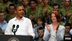 El presidente Obama habl'o ante las tropas australianas y estadounidenses acompa;ado por la primera ministra australiana Julia Gillard.