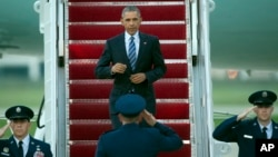 Presiden Barack Obama keluar dari pesawat Air Force One di Pangkalan Udara Militer, Andrews Air Force Base, M (14/7).