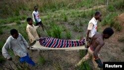 Des éléments de la Croix rouge transportent un mort sur une civière à Dungu, RDC, 17 février 2009.