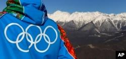 2014年2月4日奥运工人从2014索契年冬季奥运会滑雪场俯瞰高加索山脉