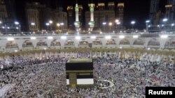 ພວກສະແຫວງບຸນຊາວມຸສລິມ ຍ່າງອ້ອມຫີນ Kaaba ທີ່ວັດໃຫຍ່ ໃນເມືອງ Mecca ປະເທດຊາອຸດີ ອາຣາເບຍ. (4 ກັນຍາ 2016)