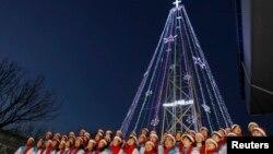 Tín đồ Cơ Đốc giáo hát thánh ca trước Cây Noel trên đỉnh Đài quan sát nằm về hướng nam khu phi quân sự phân chia 2 miền Nam, Bắc Triều Tiên, 21/12/10