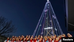 지난 2010년 12월 한국 김포시 애기동 등탑 점등식에서, 한 교회 성가대가 성탄절 성가를 부르고 있다. (자료사진)