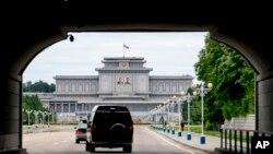 امریکی وزیرِ خارجہ کا قافلہ پیانگ یانگ کی ایک سرکاری عمارت میں داخل ہورہا ہے۔
