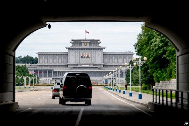 美国国务卿蓬佩奥的车队于2018年7月6日开往朝鲜平壤的锦绣山太阳宫。
