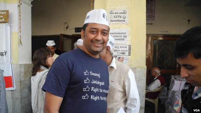 IT professional Sandeep Bisht quit his assignment in London and is in Delhi to help the Aam Aadmi Party's campaign, New Delhi, Nov. 29, 2013. (Anjana Pasricha for VOA)