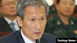 지난 2일 한국 국회 국방위에서 의원들의 질문에 답변하는 김관진 국방장관.