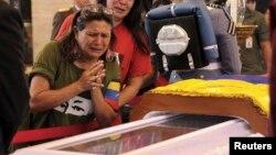 Người ủng hộ bật khóc khi viếng linh cữu ông Chavez lần cuối tại học viện quân sự ở Caracas, ngày 7/3/2013.