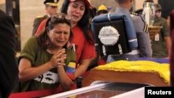 Pristalice preminulog predsednika Venecuele prolaze u mimohodu pored njegovog odra u Vojnoj akademiji u Karakasu.