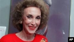 Editor majalah Cosmopolitan Helen Gurley Brown di kantornya di New York. Ia tutup usia pada 13/8/2012 pada usia 90. (Foto: AP)