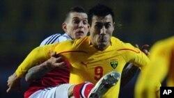 Пријателски натпревар, но беспоштедна борба за топката: Адис Јаховиќ (десно) од репрезентацијата на Македонија во дуел со Даниел Агер од репрезентацијата на Данска