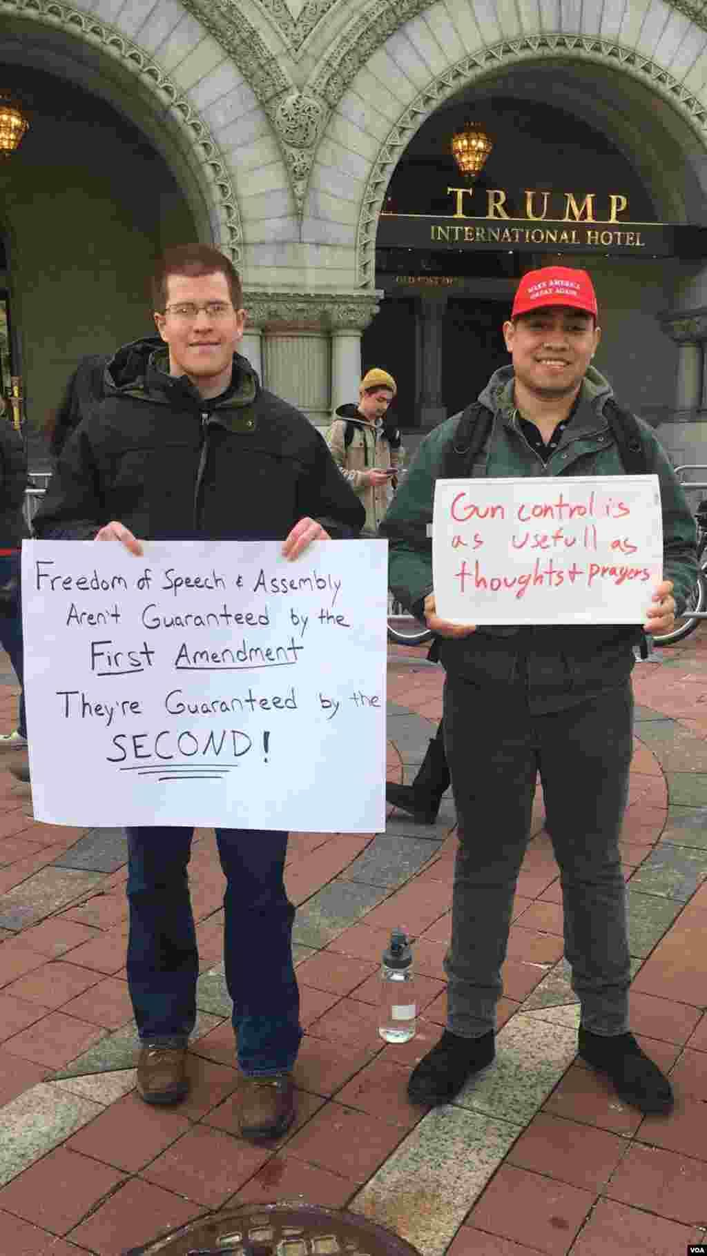 Defensores del derecho a portar armas en Washington D.C. durante la Marcha por Nuestras Vidas. Foto: Irene Serrano, VOA.