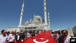 Warga Turki menggelar protes di depan mesjid Kocatepe di Ankara, atas serangan pemberontak Kurdi ke markas militer Turki di propinsi Hakkari dekat perbatasan Irak di Turki Tenggara (Foto: dok).