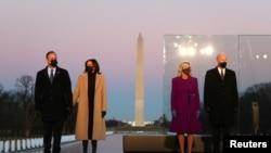 Presiden terpilih AS Joe Biden, istrinya Jill Biden, Wakil Presiden terpilih Kamala Harris, dan suaminya Doug Emhoff berdiri di depan Monumen Washington menjelang pidato Biden di Washington, AS 19 Januari 2021. (Foto: Reuters/Tom Brenner )