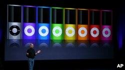 Mendiang Apple CEO Steve Jobs mengumumkan versi baru iPod Nano dalam acara khusus di San Francisco, California, 2008. (AFP)