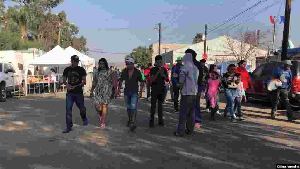 Migrantes, parte de la caravana de centroaméricanos, llegan a Tijuana, México, el martes. Fotografía: Celia Mendoza- VOA
