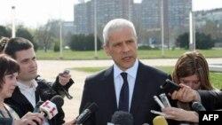 Predsednik Srbije Boris Tadic izjavio je danas novinarima ispred Palate Srbija u Beogradu da je odlučio da skrati svoj predsednički mandat kako bi omogućio da se 6. maja održe opšti izbori.