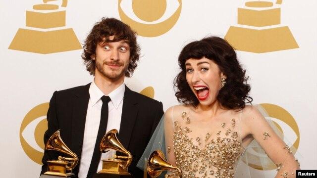 Nhạc sĩ Úc gốc Bỉ Gotye đoạt giải Grammy cho ca khúc trong năm với bản Somebody That I Used to Know, trình diễn cùng với nghệ sĩ Kimbra của New Zealand.