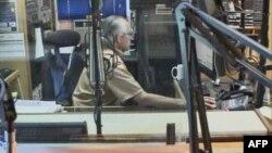 Kỷ sư Miles Mead đang tiếp vận chương trình phát thanh tiếng Anh của đài Trung Quốc