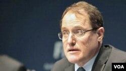 Claudio Sulser, Ketua Komite Etika FIFA, mengutip kode etik dalam konferensi pers terkait kasus korupsi di markas FIFA di Zurich, Swiss, 18 Nov 2010.
