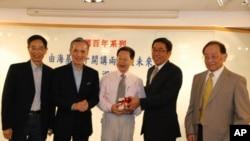 香港民主黨前主席李柱銘(左一)與香港自由黨前主席李鵬飛出席演講,與主講者潘漢唐(左二)及石齊平(中),以及台灣陸委會駐港代表楊家駿(右二)合照