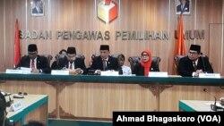 Ketua Bawaslu bersama anggota berbicara di kantor Bawaslu, Jakarta