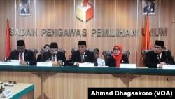 Ketua Bawaslu Abhan bersama anggota lainnya saat membacakan putusan di kantor Bawaslu (foto dok: VOA/Ahmad Bhagaskoro)