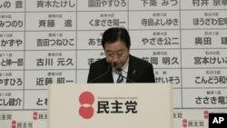 Thủ tướng của đảng đương quyền Yoshihiko Noda chào cử tọa sau khi loan báo từ chức lãnh đạo đảng tại một cuộc họp báo ở Tokyo, 16/12/12