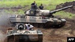 """Tanque AMX-30, de fabricación francesa, del ejército venezolano, durante un juego de guerra llamado """"Defensa Integral"""", al suroeste de Caracas."""