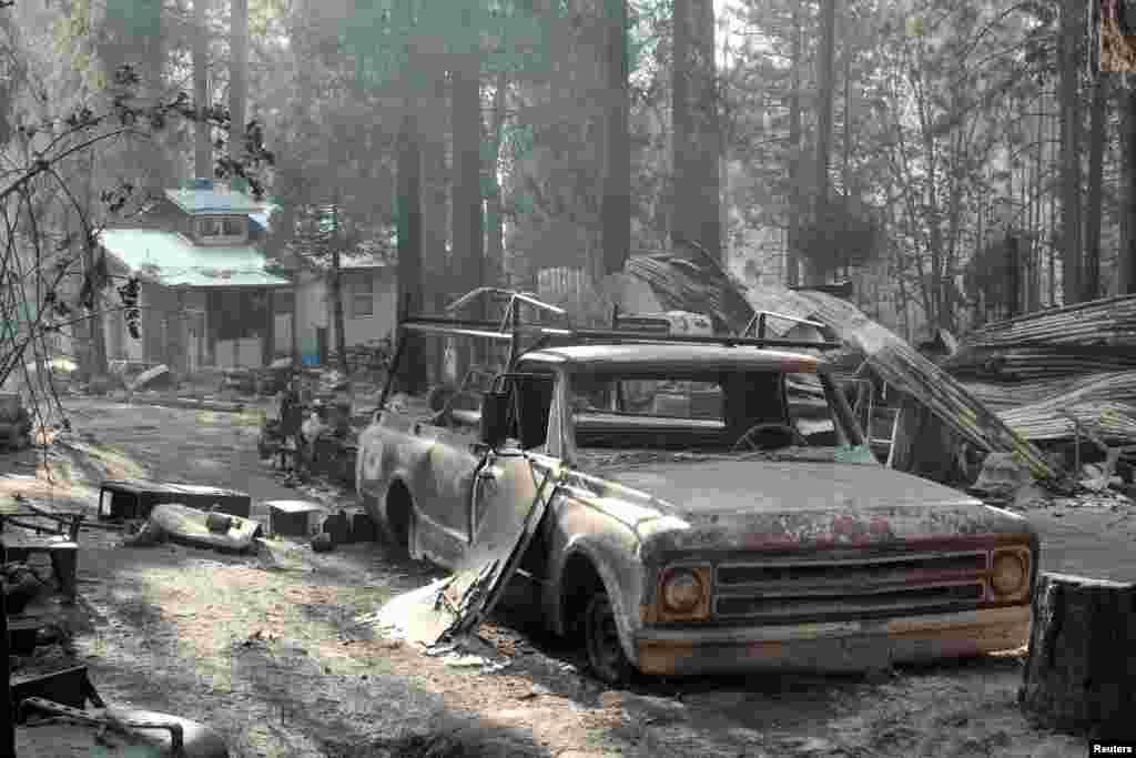 Chiếc xe bị cháy trơ trụi trong đám cháy rừng khổng lồ gần Công viên quốc gia Yosemite, bang California, Mỹ.