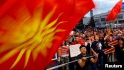 马其顿示威者在议会前抗议更改国名