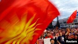 Arhiva - Demonstranti izvikuju slogane protiv promjene ustavnog imena zemlje ispred zgrade parlamenta u Skoplju, Makedonija, 23. juna 2018.