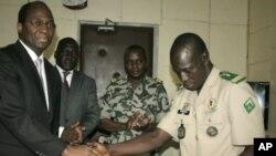 薩諾戈上尉(右)在簽署和平協議後。