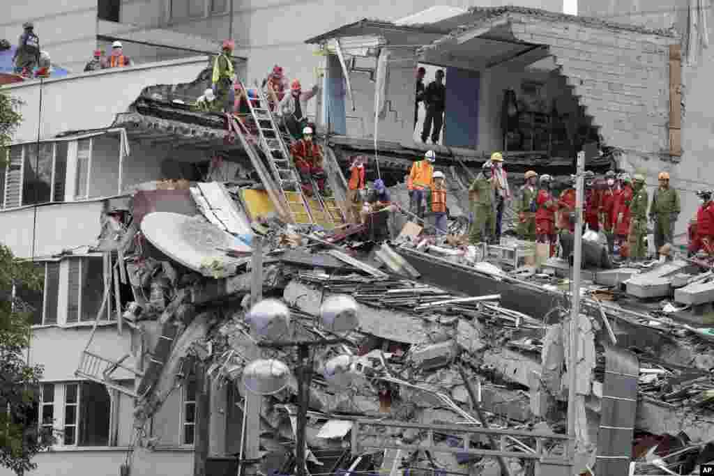 خانه های تخریب شده پس از زلزله مکزیک و تلاش امدادگران برای نحات افرادی که در زیر آوار مانده اند.