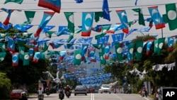 馬來西亞在5月5號舉行選舉﹐街道佈置各個政黨的綵旗。