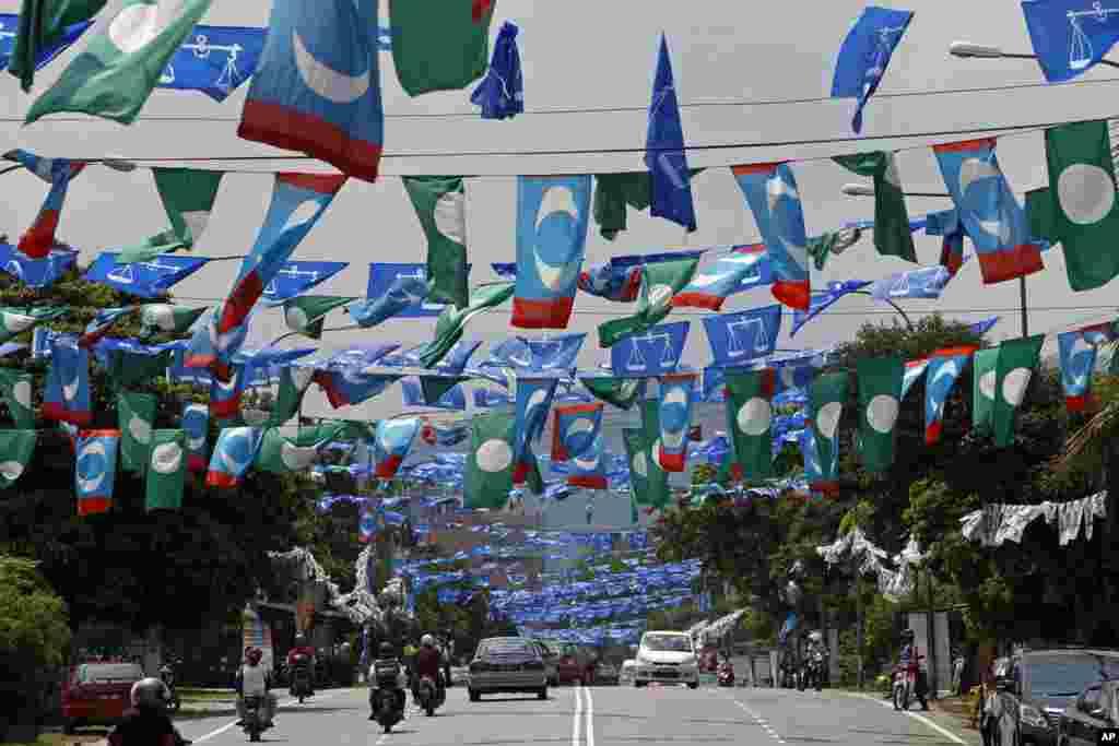 Cờ của đảng đương quyền Mặt trận Quốc gia, và đảng Hồi giáo đối lập giăng ngợp trời thủ đô Kuala Lumpur trước thềm cuộc tổng tuyển cử ở Malaysia.