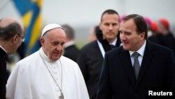 Le pape François et le Premier ministre suédois Stefan Lofven lors d'une cérémonie d'accueil à l'aéroport, en Suède, le 31 octobre 2016.