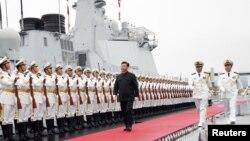 中国国家主席习近平2019年4月23日为庆祝中国海军建军70周年在山东青岛检阅人民解放军海军仪仗队。
