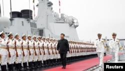 中國國家主席習近平2019年4月23日為慶祝中國海軍建軍70週年在山東青島檢閱人民解放軍海軍儀仗隊。
