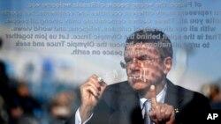 2月4日国际奥委会主席巴赫星期二在索契奥运村的一个仪式上在奥林匹克停战墙上签字